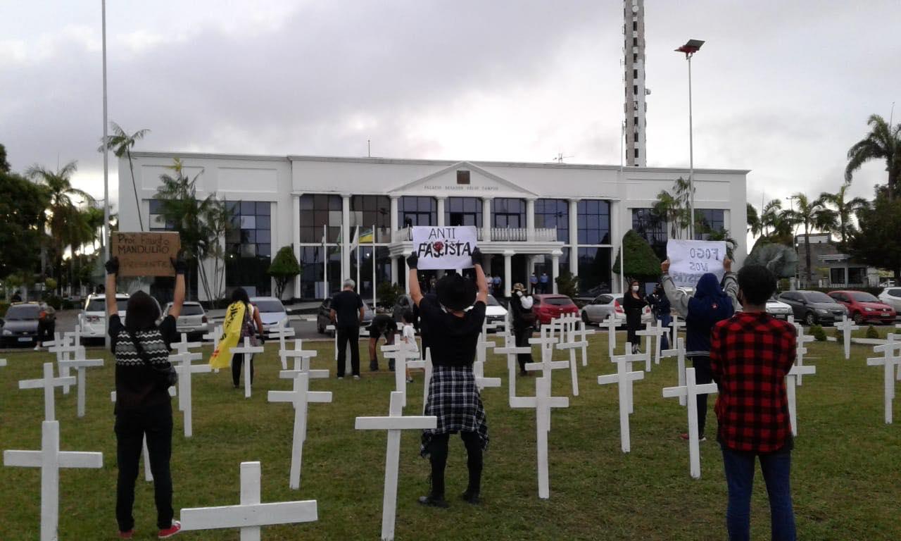 Ato antifascista em Roraima é marcado por cruzes colocadas em frente ao Palácio do Governo